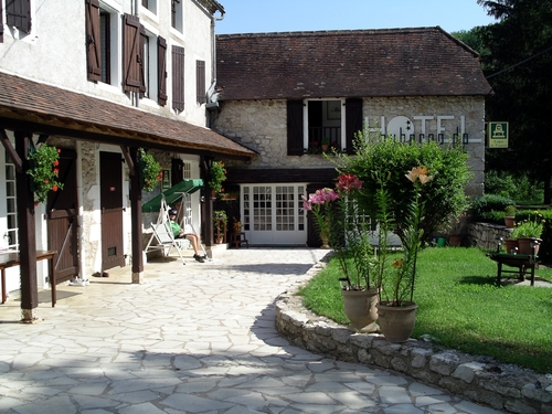 Accommodation near Pech Merle independent walking holiday in Lot France