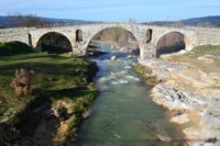 roman bridge pont julien luberon walking holiday